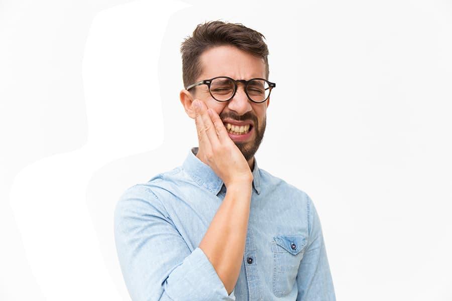 Sensibilità dentale dovuta alla piorrea [19659015] La radice è una parte molto sensibile del dente che <strong> è esposta allo spazzolamento e alle temperature del cibo quando le gengive si ritraggono </strong> a causa della parodontite, causando sensibilità ai denti </p> <h3><span class=